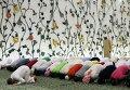 Мусульмане во время молитвы в мечети шейха Зайда в Абу-Даби, ОАЭ
