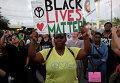 """Женщина держит плакат с надписью """"Black lives matter"""" (""""Жизни чернокожих важны"""") во время акции протеста в Майами"""