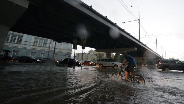 Неменее 350 бригад «Мосводостока» переведены накруглосуточное дежурство из-за дождей