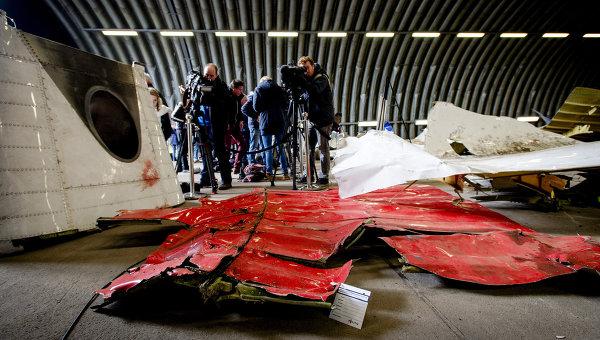 Обломки самолета Boeing 777 в ангаре на авиабазе Gilze-Rijen, Нидерланды. Архивное фото