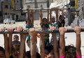 Палестинские дети играют возле разрушенных домов на севере Сектора Газа