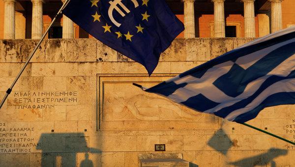 Флаги Греции и Евросоюза на площади Синтагма в Афинах. Архивное фото