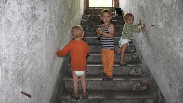 Дети, живущие в бомбоубежище в одном из окраинных районов Донецка, Украина