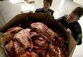 Работники таможенного поста досматривают груз задержанного мяса