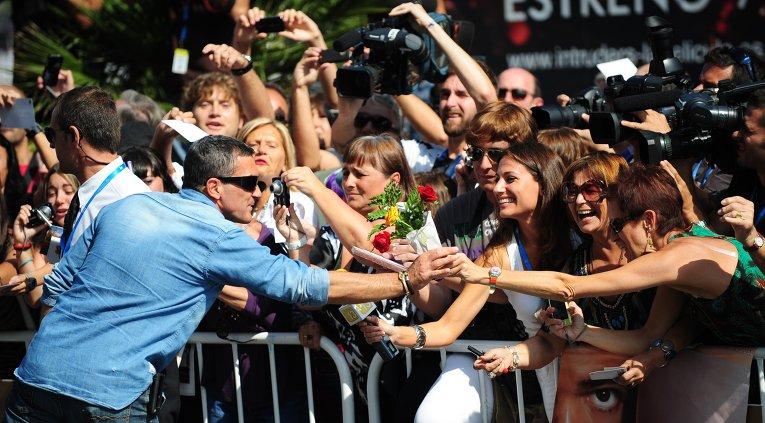 Актер Антонио Бандерас раздает автографы поклонникам