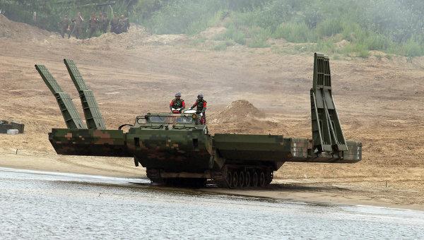 Русские военные переправили через Волгу бронепоезд