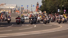 Тысячи байкеров промчались по Петербургу во время мотопарада Harley Days
