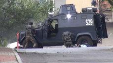 Кадры перестрелки полицейских с неизвестными на месте теракта в Стамбуле