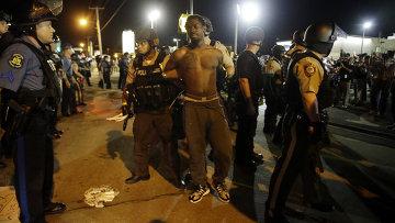 Полиция проводит задержания во время протеста в городе Фергюсон, США