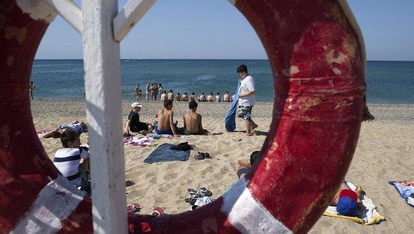 Пляж Черного моря у лагеря Голубая волна в Крыму. Архивное фото