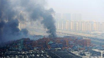 Дым от горящего склада в Тяньцзине