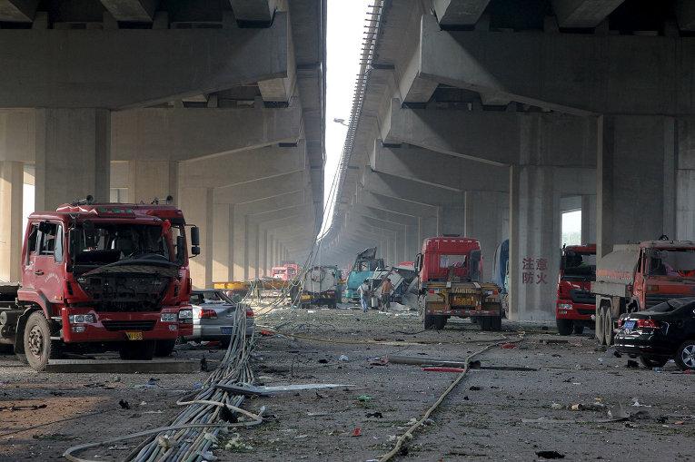 Поврежденные автомобили в результате взрывов на складе опасных веществ в промышленном городе Тяньцзинь в Китае