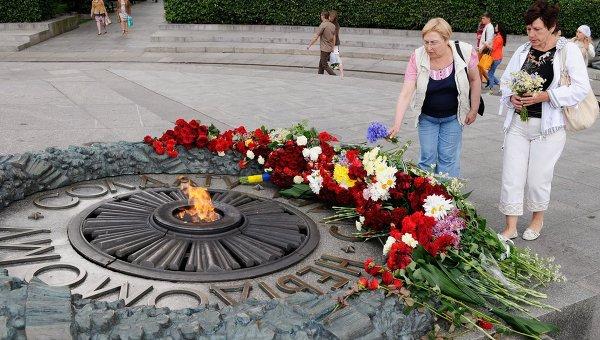 Местные жительницы возлагают цветы к Могиле Неизвестного солдата в парке Вечной славы в Киеве. Архивное фото