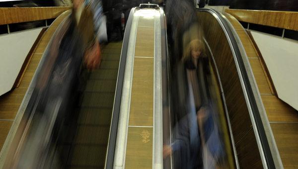 Пассажиры едут на эскалаторе на станции метро Чистые пруды. Архивное фото
