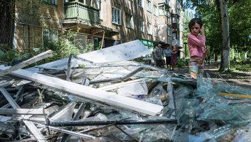 Жители Горловки убирают территорию около многоквартирного жилого дома на улице Кирова