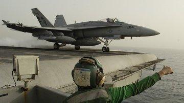 Американский штурмовик взлетает с палубы авианосца, архивное фото
