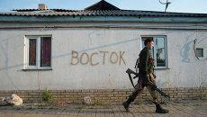 Боец 2-го батальона бригады Восток ополчения ДНР на позиции в поселке Спартак