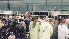 Пассажиры у здания аэропорта Домодедово после задержки рейсов из-за задымления