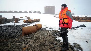 Сотрудник охраны Национального Парка Русская Арктика во время высадки на остров Хейса. Федеральный заказник Земля Франца Иосифа