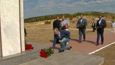 Путин и Берлускони под вспышки фотокамер возложили цветы к мемориалу в Крыму