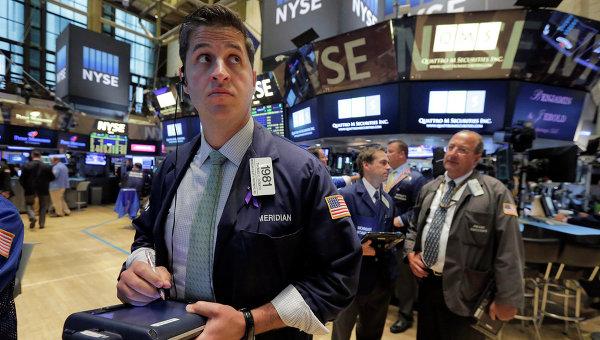 Трейдеры во время работы на Нью-Йоркской фондовой бирже. Архивное фото