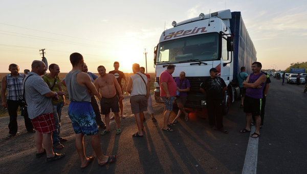 Водители грузовых автомобилей на границе Украины и Крыма у пограничного пункта Каланчак