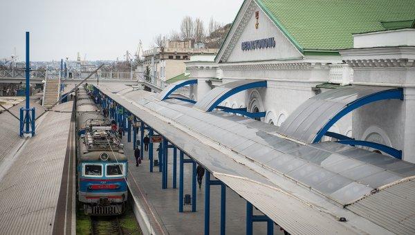 Поезд у здания железнодорожного вокзала в городе Севастополе. Архивное фото