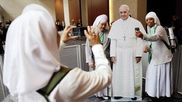 Монахини фотографируются с картонной фигурой Папы Римского Франциска в Филадельфии, США