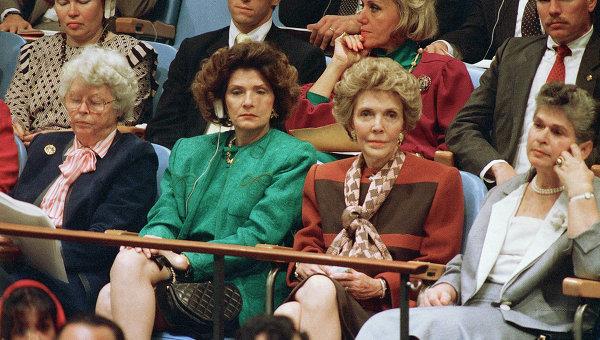 Нэнси Рейган слушает выступление президента США Рональда Рейгана в Генеральной Ассамблее Организации Объединенных Наций, 21 сентября 1987, Нью-Йорк. Архивное фото