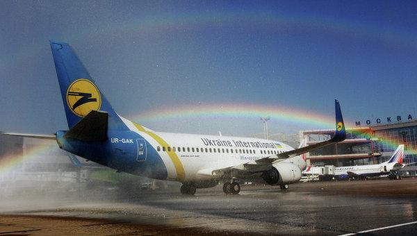 Самолет Боинг-737 авиакомпании Ukraine International в аэропорту Домодедово