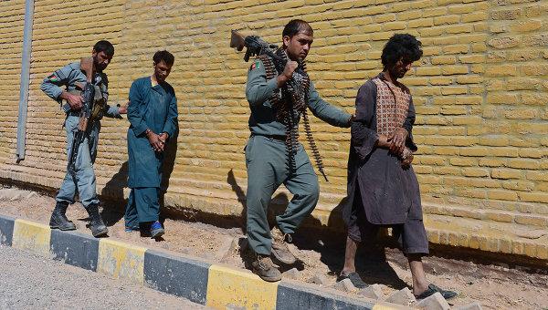 Афганские полицейские ведут захваченных в плен талибов. Архивное фото