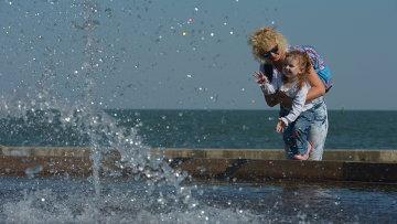 Женщина с ребенком на набережной в Керчи. Архивное фото
