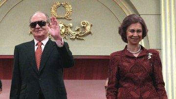 Король Испании Хуан Карлос I и королева София (слева направо) в королевской ложе в Королевском театре Реал (Teatro Real)