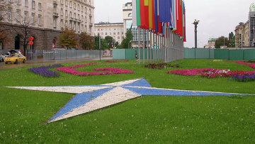 Эмблема и флаги стран-членов НАТО в Софии, Болгария. Архивное фото