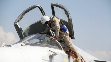 Летчик садится в самолет перед вылетом с аэродрома Хмеймим в Латакии, Сирия