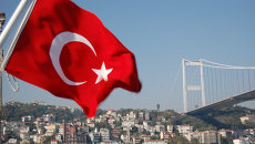 Турецкий флаг на фоне моста через Босфор в Стамбуле. Архивное фото