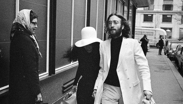 Джон Леннон и Йоко Оно на улице в Париже. Архивное