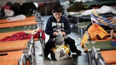 Мальчик играет во временном регистрационном центре на юге Германии.Архивное фото