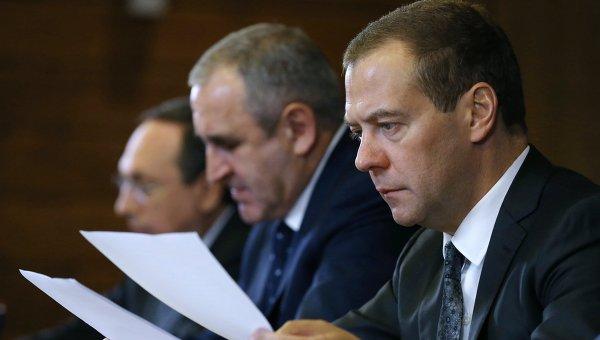 Медведев: не индексировать пенсии работающим пенсионерам правильно