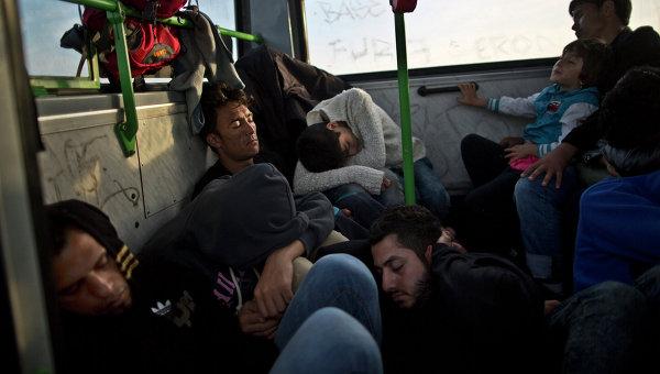 Сирийские беженцы спят в ожидании поезда до Австрии, Венгрия. Архивное фото