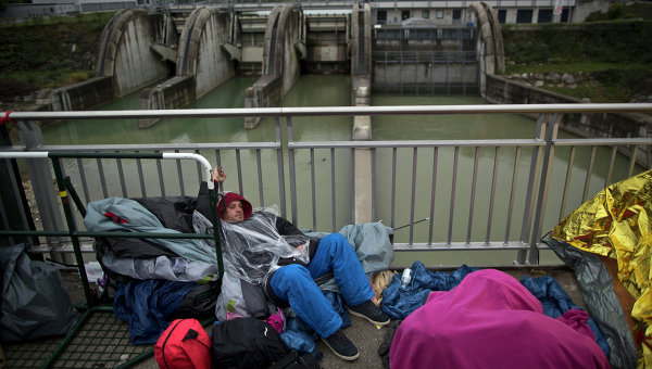 Мигрант из Сирии ждет регистрации и транспортировки в приют для беженцев в городе Фрайлассинг, Германия. Архивное фото