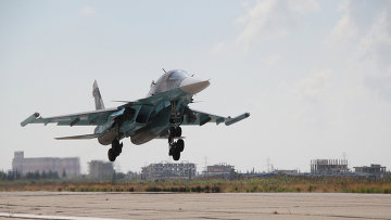 Российский самолет садится в аэропорту Латакии, Сирия