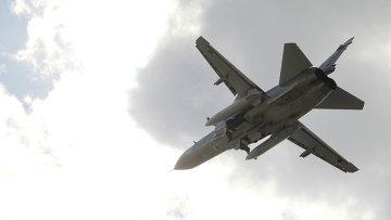 Российский бомбардировщик Су-24 взлетает из аэропорта Латакии, Сирия
