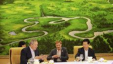 Заместитель председателя правительства РФ Дмитрий Рогозин и секретарь парткома провинции Хэйлунцзян Ван Сянькуй во время совместного обеда