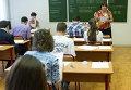 Преподаватель московской школы № 1447 проводит инструктаж учащихся выпускных классов перед сдачей единого государственного экзамена по русскому языку