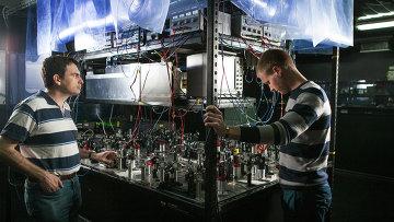 Ученые рядом с экспериментальной установкой