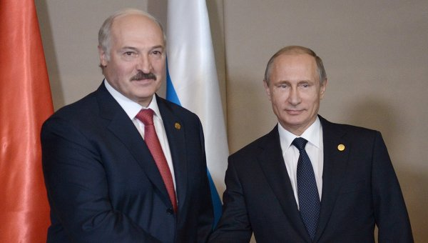 Президент РФ Владимир Путин (справа) и президент Белоруссии Александр Лукашенко. Архивное фото