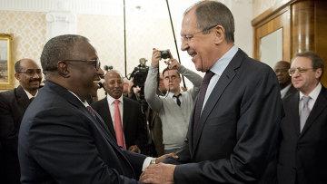 Министр иностранных дел России Сергей Лавров и вице-президент Судана Хассабу Мухаммад Абд ар-Рахман во время встречи в Москве. Октябрь 2015