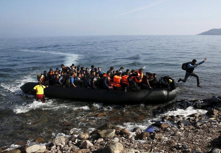 Прибытие лодки с мигрантами на греческий остров Лесбос