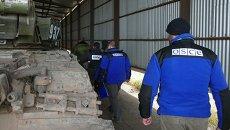 Представители ОБСЕ у танков, отведенных от линии соприкосновения. Архивное фото